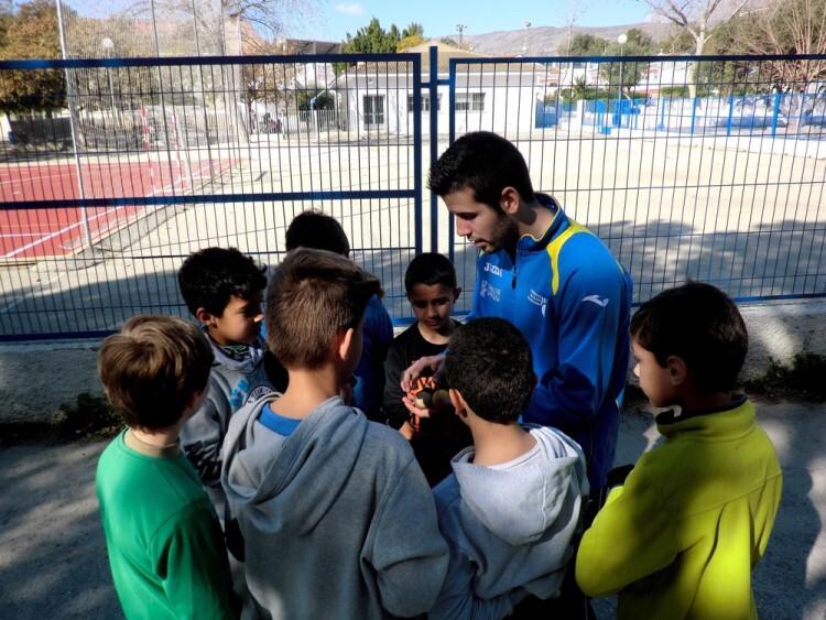 Pere Roc II muestra unas pelotas a los alumnos del CEIP Vasco Núñez de Balboa de Benidorm