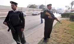 Policías egipcios vigilan la zona.