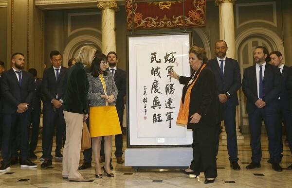 Rita Barberá recibe un presente por parte de la presidenta del Consejo de Administración del Valencia, Layhoon Chan.