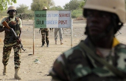 Soldados nigerianos vigilan un acceso fronterizo en la región norte de Nigeria. (Foto-AFP)