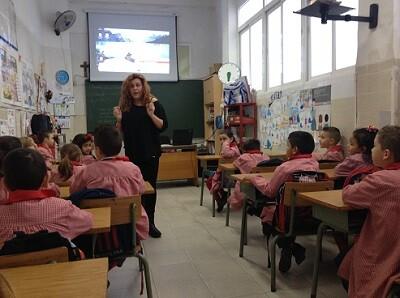 Susana Feijóo educa a los niños en el respeto a los animales.