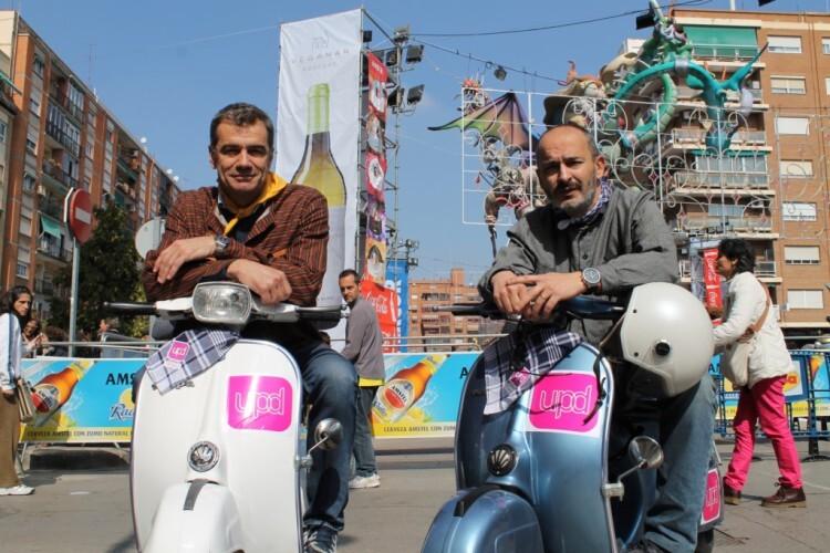 UPyD Cantó y Gómez y moto vespa