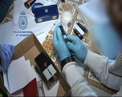 USB con archivos y documentos falsos encontrados en la detención.