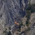 Un helicótero de reconocimiento sobrevuela la zona de la catástrofe. (Foto-AFP)