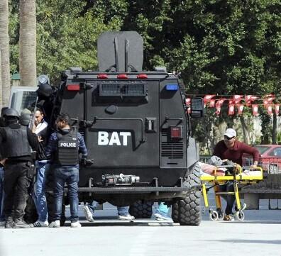 Un herido es evacuado del Museo del Bardo después del atentado perpetrado en Túnez.