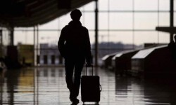 Un inmigrante español viaja a un país europeo en busca de trabajo.