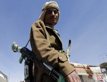 Un soldado chiíta ocupa una zona del aeropuerto.