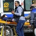 Una de las personas heridas tras el atentado en el museo es trasladada a un hospital. (Foto-Agencias).
