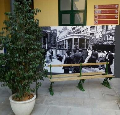 Una gran fotografía muestra el uso del tranvía en los años 50' class=