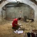 Una historiadora trabaja en la catalogación de los esqueletos.