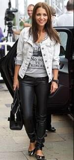 Una joven luce la llamativa y famosa camiseta.