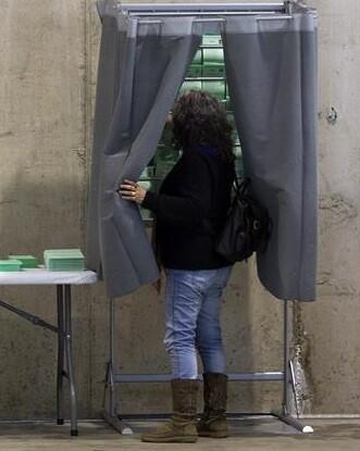 Una mujer entra en una cabina a decidir su voto. (Foto-Agencias)
