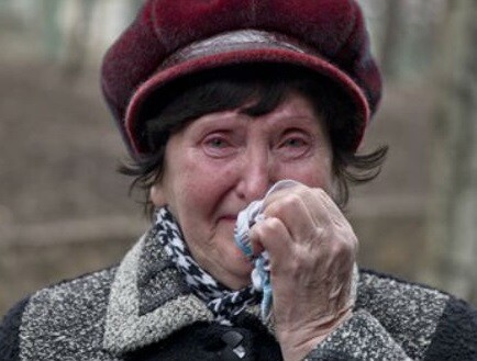 Una mujer espera noticias sobre sus familiares. (Foto-AP)
