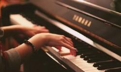Una mujer tocando el piano en una imagen de archivo.