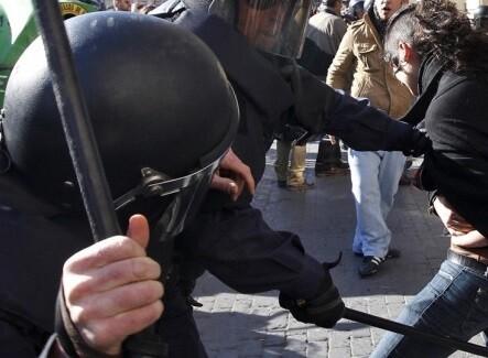 Una protesta en Valencia es disuelta por la policía.
