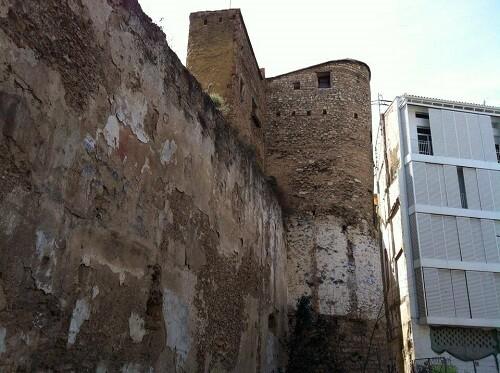 Una vista de la muralla árabe y la Torre del Ángel.