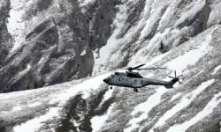 Uno de los helicópteros de rescate sobrevuela la zona de la tragedia. (Foto-AFP)