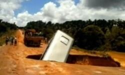 VIDEO Un autobús es tragado por la tierra y arrastrado por el río