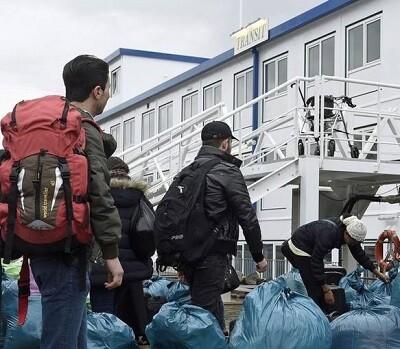 Varios inmigrantes en la recepción del puerto de Hamburgo.