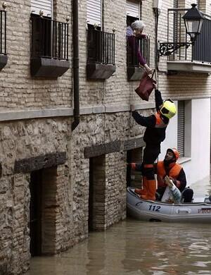 Vecinos del casco viejo de Tudela han quedado atrapados tras la crecida del río Ebro.