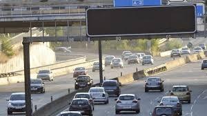 Vehículos desplazándose en carretera.