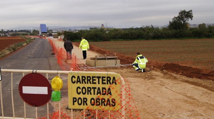 Los operarios preparan una carretera de Albal para su asfaltado.