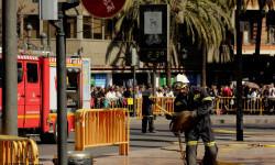 disparando la Pirotecnia Aitana de Bélgida en la Plaza del Ayuntamiento (9)