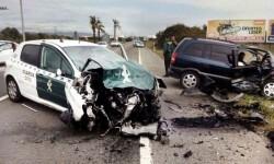 empotrar su turismo contra dos coches de la Guardia Civil