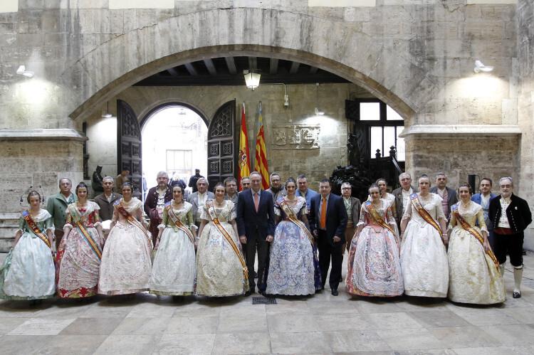 Alberto Fabra ha recibido en el Palau de la Generalitat a las comisiones de las Fallas del barrio y a los Presidentes y las Falleras Mayores de las Fallas de Sección Especial