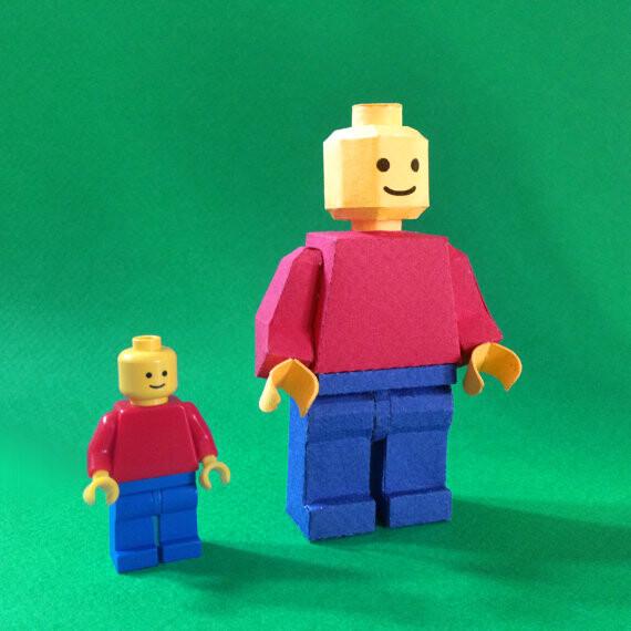 Muñeco LEGO de papel o cartulina.