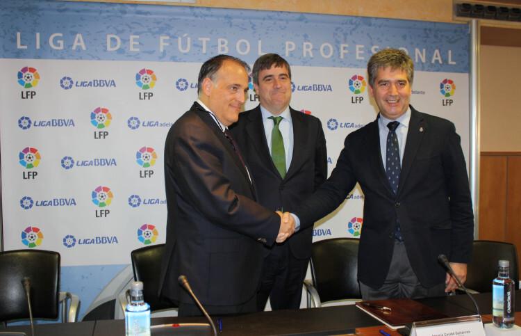 Javier Tebas (LFP) e Ignacio Cosidó (Policía Nacional) se estrechan las manos ante las cámaras tras la firma del acuerdo.