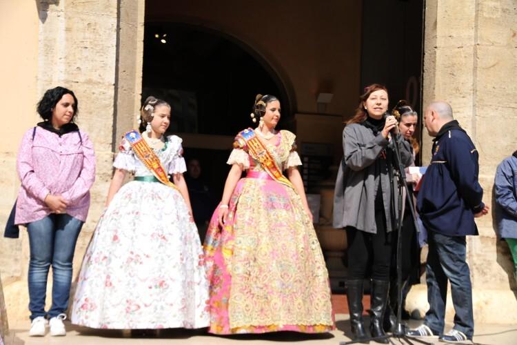 Lectura de los premios por parte de la alcaldesa en presencia de las Falleras Mayores y la concejala de Fiestas.