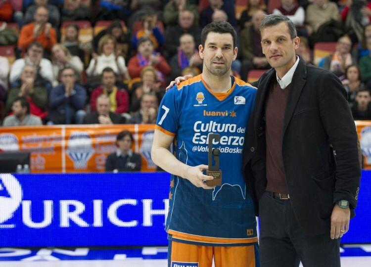 De leyenda a leyenda. Rafa Martínez recibió el trofeo al Mejor Sexto Hombre, de la regista Gigantes, de manos del inolvidable Nacho Rodilla. Foto: M. A. Polo