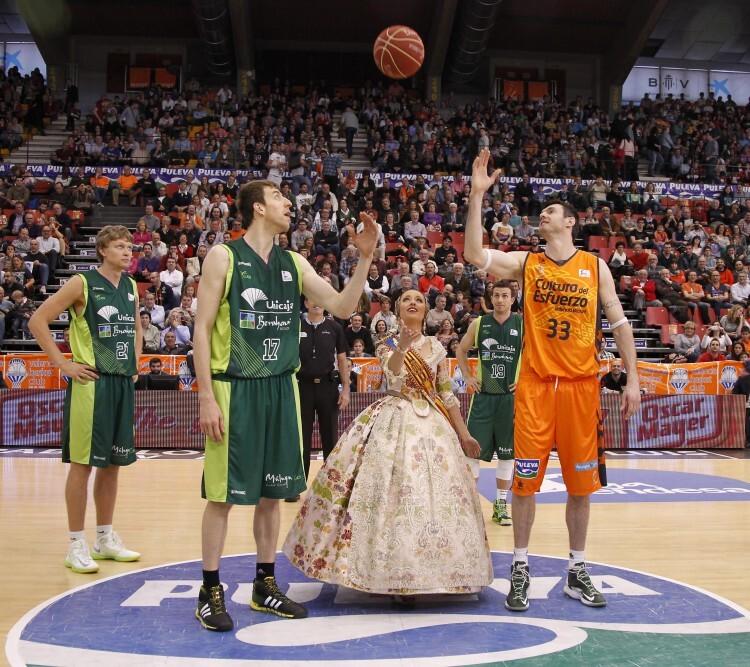 La Fallera Mayor de Valencia 2014 ya realizó el año pasado el saque de honor en uno de los partidos que el Valencia Basket jugó en plenas Fallas.