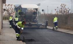 Trabajos de asfaltado en una calle de Sedaví.