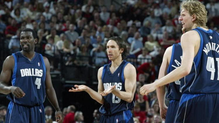 Steve Nash, en el centro, jugando con Dallas.