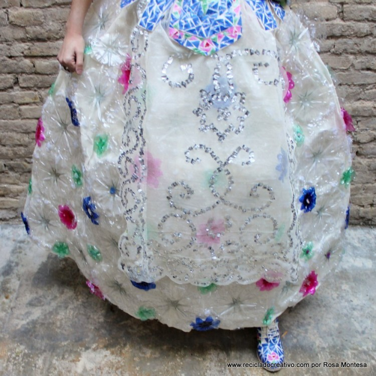 traje-de-fallera-valenciana-con-material-reciclado-431