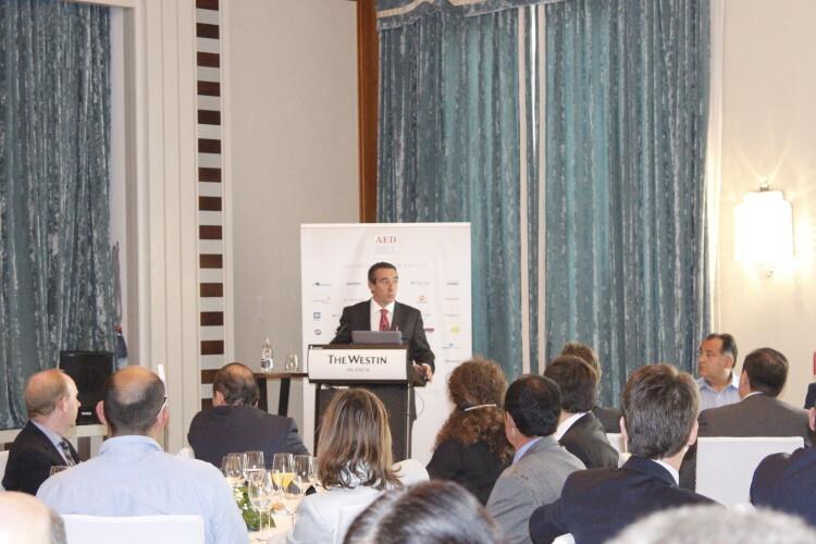 Juan Antonio Alcaraz durante su discurso en el almuerzo-coloquio de AED