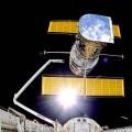 el Sistema de Manipulación Remota del transbordador Discovery sitúa en el espacio el telescopio Hubble
