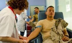 Dos de los militares en la extracción de sangre (Foto:BRILEG)