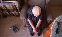 Anciana sola en sus casa.