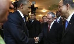 Barack Obama y Raúl Castro se saludan en la Cumbre de Panamá. (Foto-AFP)