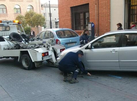 Cada ayuntamiento administra la retirada y depósito de vehículos como estima oportuno y eso porovoca diferencias de precio.