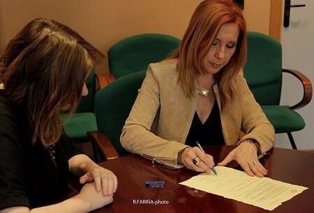 Carmen Jávega, alcaldesa de Aldaia, y Aurora Luna, presidenta del jurado, firman el Acta,
