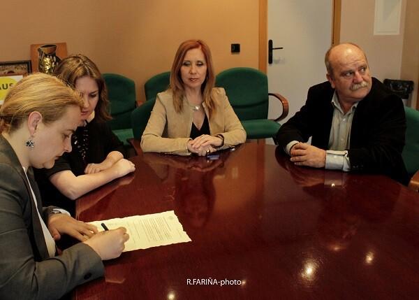 Carmen Payá firmando el Acta del jurado.