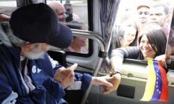 Castro saludándo a jóvenes venezolanos la pasada semana. (Foto-Granma-Agencias)