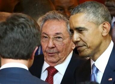 Castro y Obama no solo se tendieron la mano sino que compartieron tertulias con otros invitados. (Foto-AFP)