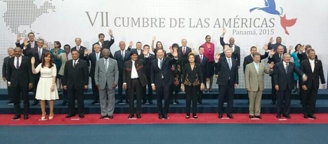 Clausura de la VII Cumbre con todos los mandatarios en la foto final. (Foto-AFP) - copia