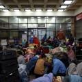 Desde el aeropuerto de Katmandú son muchos lo que esperan salir del país.