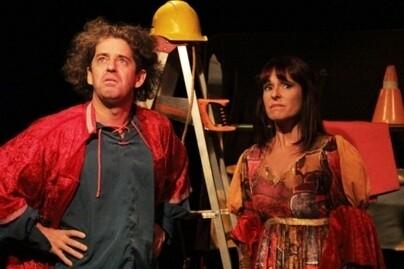 Dos actores frente a la difícil tarea de representar una obra con pocos recursos.